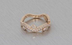 Organic diamond set wave band with leaf detail – Portfolio